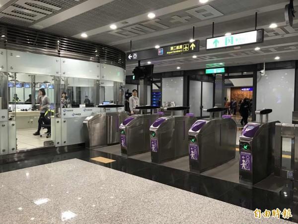 桃園機場捷運第二航廈車站閘口。(記者甘芝萁攝)