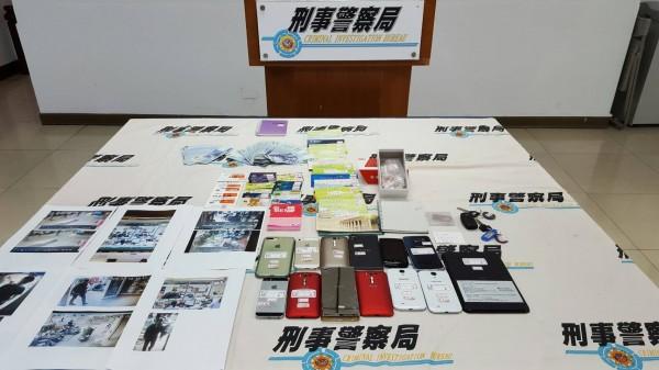 檢警偵破網路電信詐欺集團案,查獲存摺、提款卡、手機、安非他命及現金10萬8000元等贓證物,全案依詐欺等罪嫌送辦。(記者方志賢翻攝)