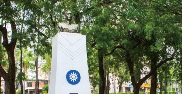 中興大學的蔣介石銅像已移走,改立前故校長湯惠蓀。(翻攝網路)