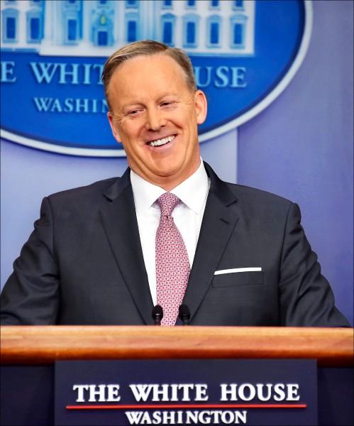新任白宮發言人史派瑟二十三日主持首次正式記者會,力圖緩和日前與媒體的不快。(法新社)