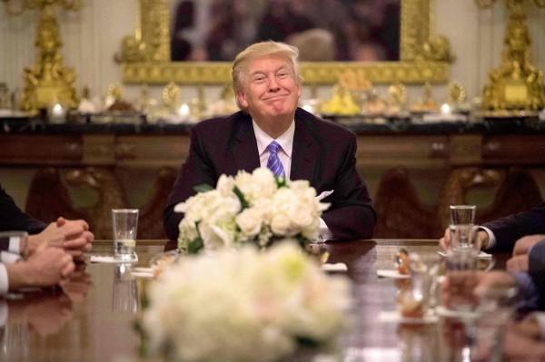 川普二十三日在白宮招待國會領袖。(法新社)
