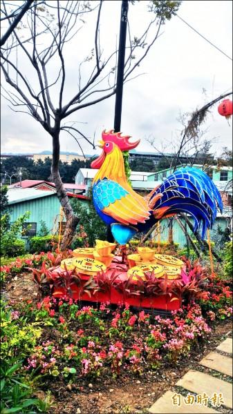 建國里舉辦元宵燈展,邀請宜蘭及桃園監獄受刑人製作八座花燈,兩尺高的公雞每半小時會咕咕鳴叫一次,趣味十足。(記者張安蕎攝)