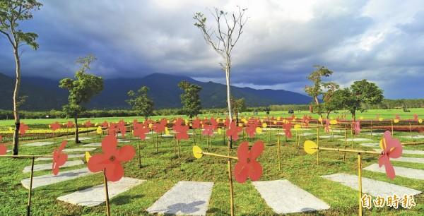 平地森林園區內的大型公共藝術,用上百支花朵風車組成。(記者花孟璟攝)
