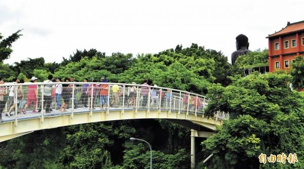 天空步道串聯大佛風景區,是國內新興熱門景點。(記者張聰秋攝影)