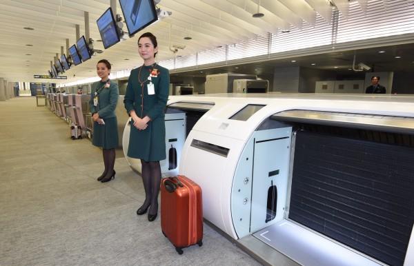 機捷將自2月2日起試營運,一般旅客若在2月16日至3月1日自由試乘期間,要搭乘機場捷運出國,可以使用預辦登機跟行李托運服務。圖為台北站預辦登機行李托運系統。(記者羅沛德攝)