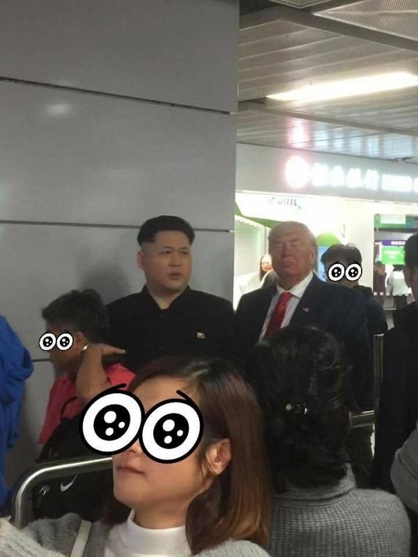 2名網友模仿北韓、美國領導人本尊在香港地鐵趴趴走,因相似度實在太高,讓不少群眾爭相拍照。(圖擷自爆料公社)