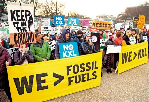 美國新任總統川普二十四日簽署行政命令,恢復爭議的「基石XL」和「達科他油管」計畫。為此,民眾聚集華府的拉法葉公園,抗議川普的能源政策。(法新社)