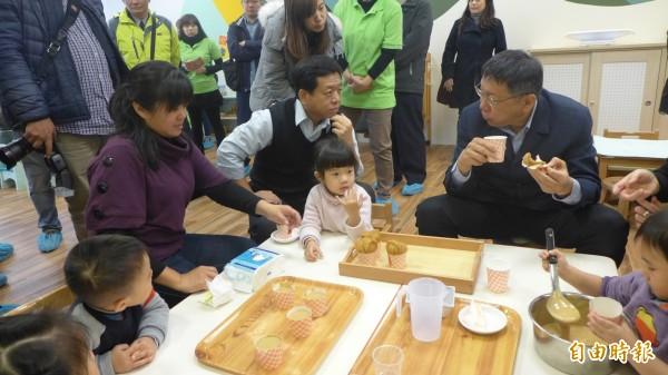 [即時]台北市東園社區公共托育家園開幕,市長柯文哲與社會局長許立民討論公托。(記者聶瑋齡攝)