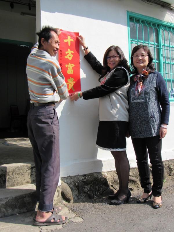 社會局長劉淑惠(中)探視許姓男子,祝賀房屋修繕完成,一家好過年。(記者吳俊鋒翻攝)