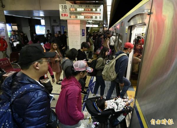 台鐵疏運春節旅客,部份車班出現誤點的情況,目前有一班莒光號抵達高雄時誤點達49分鐘。(記者陳志曲攝)