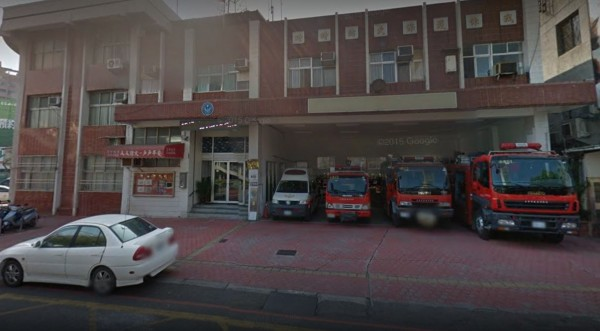 台中市消防局水湳分隊日前出現一件怪事,有位比丘尼竟將車輛停近消防分隊車庫的救護車位上。(圖擷自Google街景)