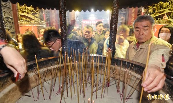 民眾搶在大年初一前往蘆洲湧蓮寺搶頭香,祈求雞年平安順利。(記者劉信德攝)