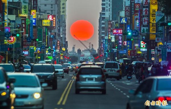 美國紐約一年兩次「曼哈頓懸日」奇景,今天傍晚在高雄上演。(記者張忠義攝)