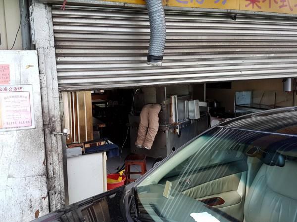 網友昨天趁著天氣好外出走春時,在路邊一間小吃店看到驚悚的一幕。(擷取自PTT)