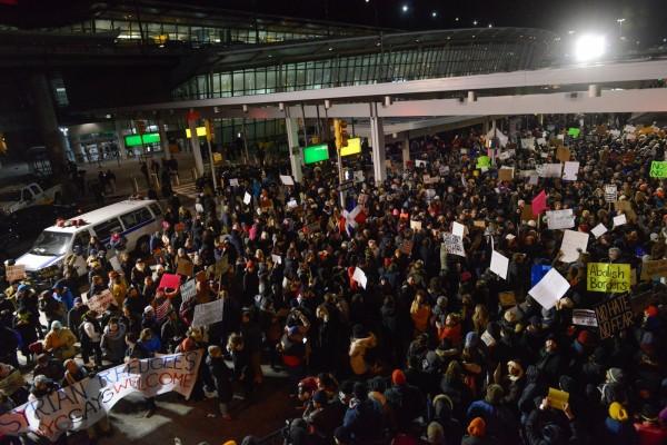 不滿川普打擊移民,許多民眾聚集機場抗議。(法新社)