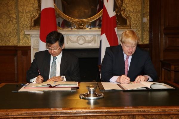 日本駐英國大使鶴岡公二(左)與英國外交大臣強森(Boris Johnson)於英國倫敦簽署ACSA。(圖擷取自日本外務省推特)