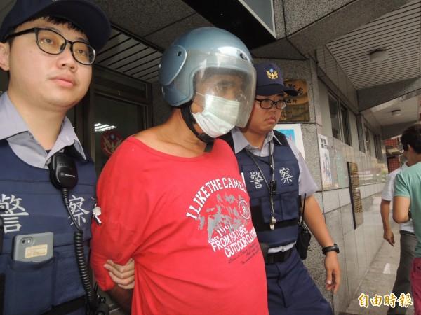俞火炎搶銀行被警方制伏帶回。 (記者林嘉東攝)