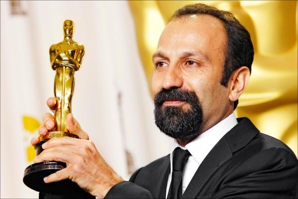 五年前以《分居風暴》拿下奧斯卡最佳外語片殊榮的伊朗導演阿斯哈.法哈蒂(Asghar Farhadi),受美國總統川普禁止七國公民入境的行政命令影響,下月二十六日恐難親臨美國好萊塢杜比劇院享受頒獎典禮現場的喝采。圖為二○一二年二月二十六日第八十四屆奧斯卡獎頒獎典禮後,以《分居風暴》奪下最佳外語片的導演阿斯哈.法哈蒂與他的小金人合影。(美聯社檔案照)