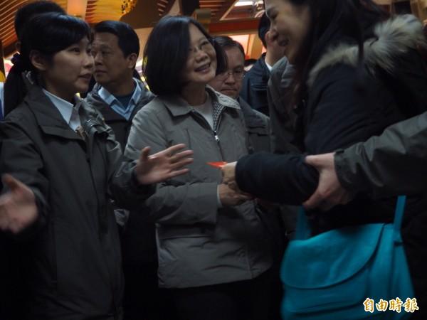 蔡英文總統到中壢仁海宮致贈匾額,並發放過年紅包給民眾(記者陳昀攝)