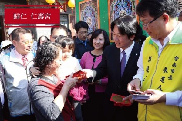 市長賴清德過年期間走訪40多間廟宇,發放2萬多份紅包,據了解是6都最多。(記者王捷翻攝)