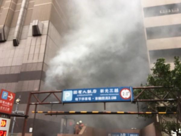 新竹市消防局今天下午接獲民眾報案,指新光三越百貨公司地下一樓美食街一處廚房發生火警,現場濃煙密布,蔓延至大馬路。(消防局提供)