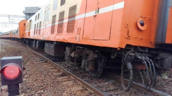 台鐵704次莒光號今(31日)中午發生電源車出軌意外,台鐵已成立應變小組搶修中,預估下午6點30分完成搶修。(台鐵局提供)
