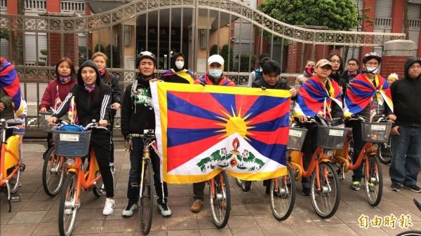 為西藏自由而騎,今天早上由228公園出發,經過自由廣場後,來到立法院,發起人台藏人福利協會會長扎西慈仁說,希望立法委員在立法時,也要考慮到保障藏人應有的權利。(記者陳炳宏攝)