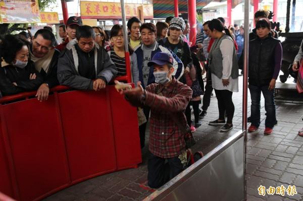 港口宮信徒用跪拜方式參加擲茭活動。(記者蔡宗勳攝)