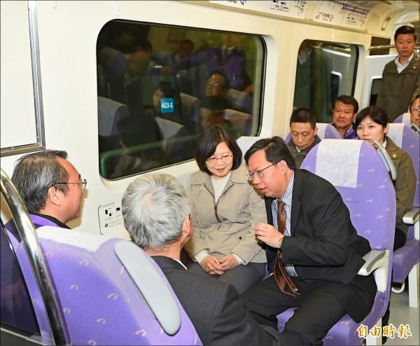 總統蔡英文昨日視察機場捷運,並實際搭車體驗。 (記者方賓照攝)