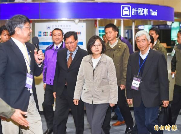 總統蔡英文31日視察機場捷運,並實際搭車體驗。(記者方賓照攝)