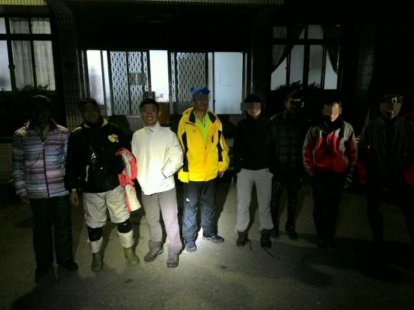 7名攀登南投縣信義鄉郡大山迷途的登山客,由林務局南投林管處技術士尋獲,晚間8時平安帶下山。(圖:林務局南投林管處提供)