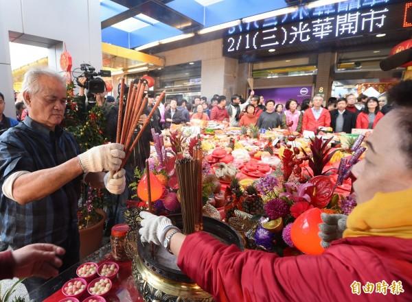 大年初五,台北市光華商場舉行開市活動,並有跳加官、舞獅等開市表演,吸引人氣及財氣。(記者方賓照攝)