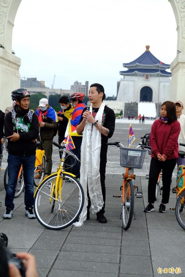 時代力量立委林昶佐(中),參與在台西藏人活動已經14年。(記者陳炳宏攝)