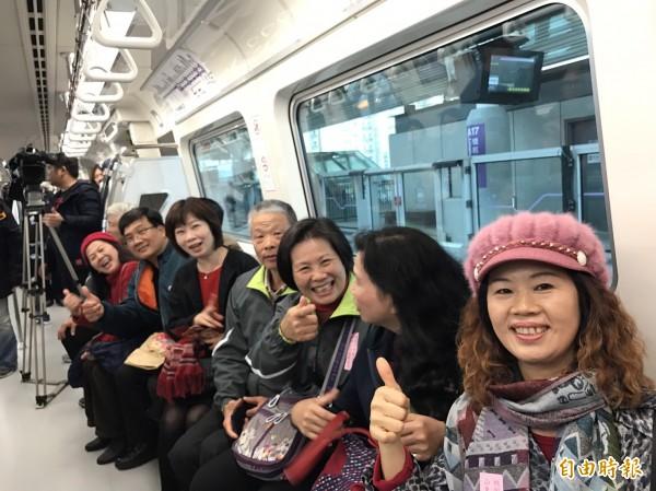 機捷試營運首日,民眾顯得相當高興。(記者謝武雄攝)