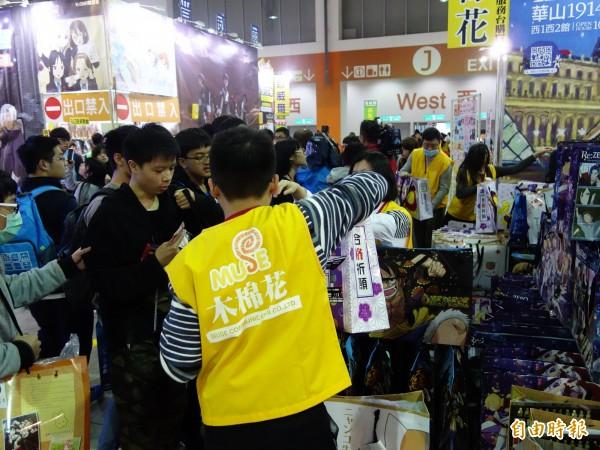 2017台北國際動漫節今天開幕,上午10點一開始,就有不少漫迷衝進現場,狂搶限量福袋。(記者吳柏軒攝)