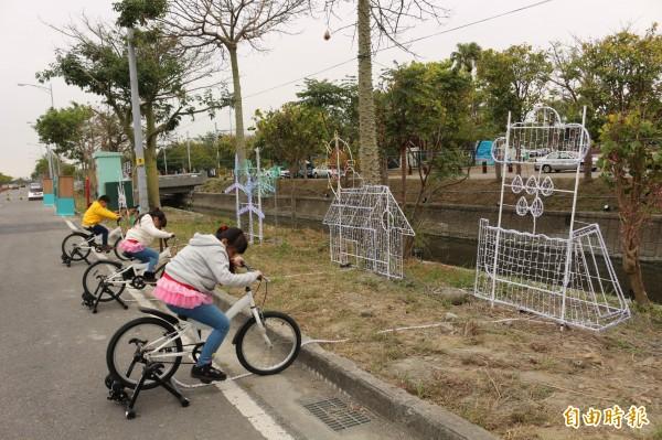 騎單車發的電,可以點亮花燈。(記者詹士弘攝)