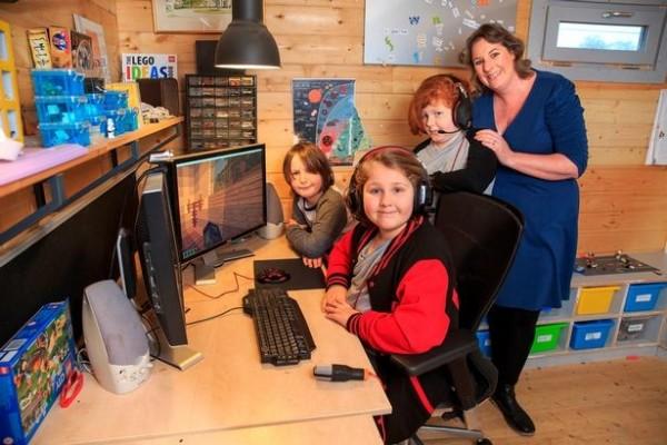 英國一名母親不送孩子上學,而是讓他們每天狂打7小時電動當作教育學習方式。(圖擷自Mirror)