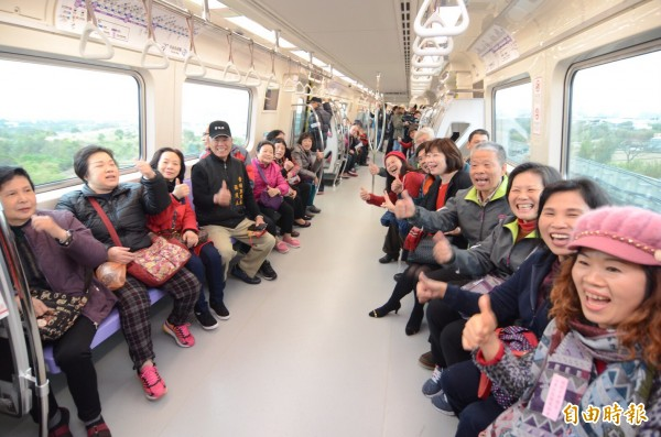 機場捷運試營運首班車,乘客嘗鮮嗨體驗。(記者李容萍攝)