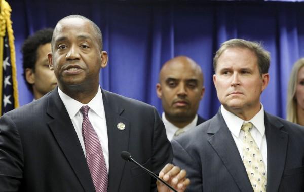 洛杉磯聯邦法官小博拉特(左)宣布,暫停執行川普移民禁令。(美聯社)