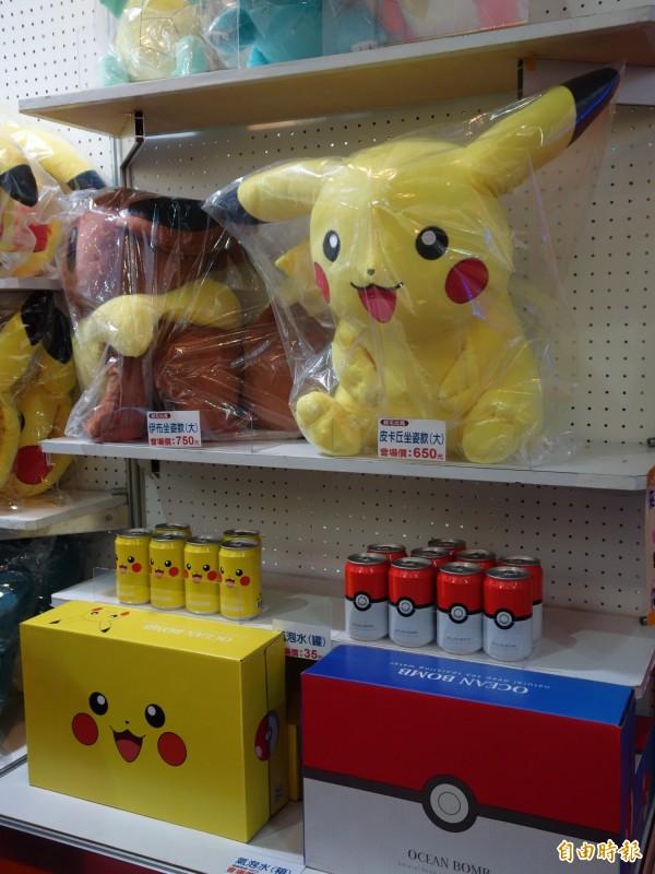 曼迪傳播搶搭《精靈寶可夢》風潮,推出皮卡丘、伊布等大型玩偶,甚至還有台灣獨家銷售的氣泡水,連日本都買不到。(記者吳柏軒攝)