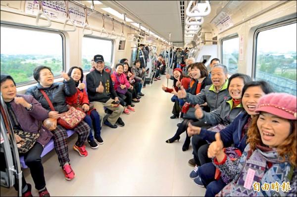 機場捷運昨天啟動為期一個月的試營運,試乘民眾開心比「讚」。(記者李容萍攝)