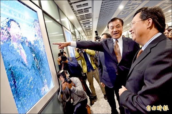 立法院長蘇嘉全昨天下午也搭乘機捷,了解營運情形,並在二航廈站參觀數位裝置藝術。(記者羅沛德攝)