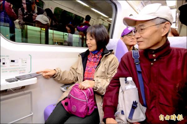 機場捷運很Smart,直達車提供無線充電設備。(記者李容萍攝)