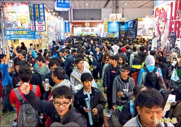 台北國際動漫節昨開幕,吸引許多動漫粉絲進場搶購限量商品。(記者張嘉明攝)