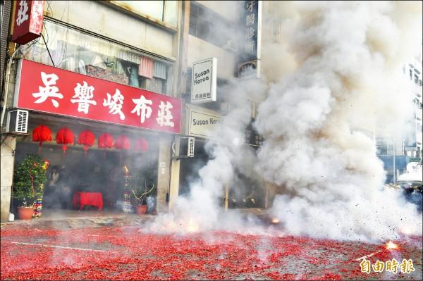 大年初六是開市的好日子,高雄吳響峻布莊,燃放1680台尺的鞭炮象徵開市一路發。(記者張忠義攝)
