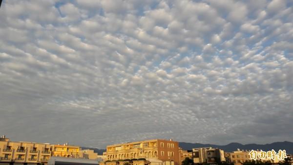 台東市太平溪上空今早的日出與雲層美景。(記者黃明堂攝)
