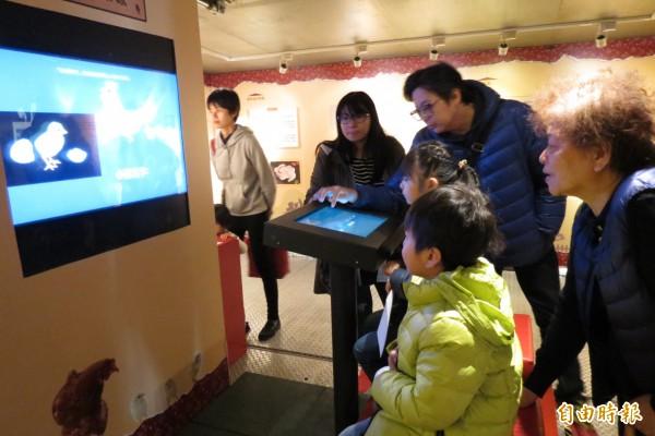 科博館有「雞與蛋的故事」特展,讓您知性迎雞年。(記者蘇孟娟攝)