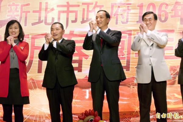 新北市長朱立倫(右二)賀新年,強調金雞年要積善積福。(記者李雅雯攝)