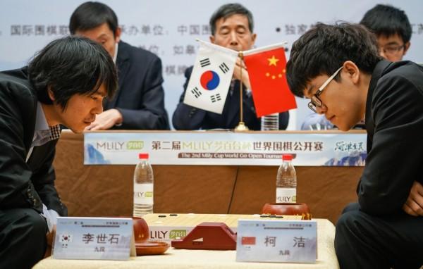 AlphaGo預計4月在中國浙江烏鎮挑戰世界圍棋排名冠軍柯潔(右),而此戰結束後,AlphaGo研發團隊將在人工智慧領域終止圍棋的開發。(圖擷取自柯潔臉書)
