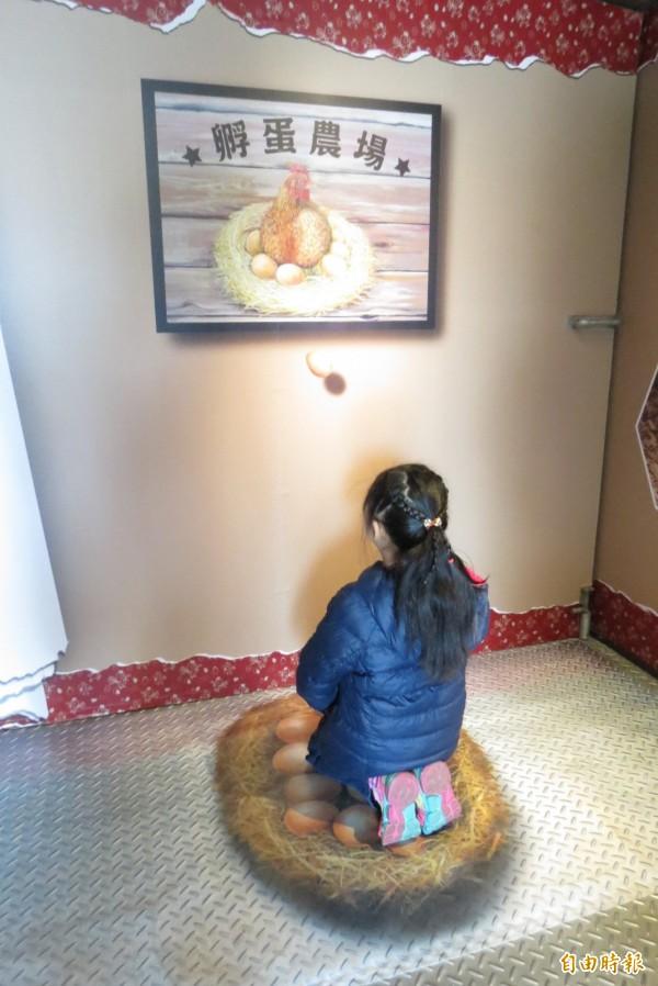 科博館辦「雞與蛋的故事」特展,讓民眾認識雞的故事,還能體驗母雞孵蛋。(記者蘇孟娟攝)